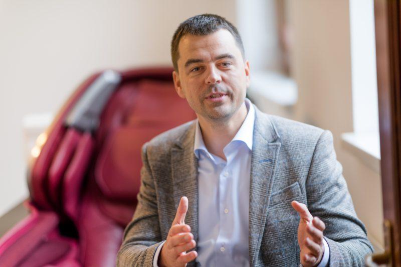 Adrian-Rus-fondator-Komoder